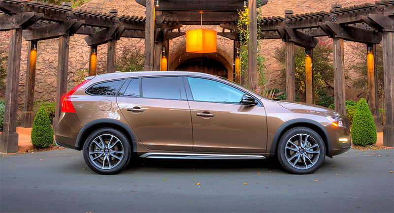 2015.5-Volvo-V60-Cross-Country-side